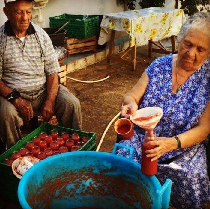 fare le conserve di salsa di pomodoro in campagna
