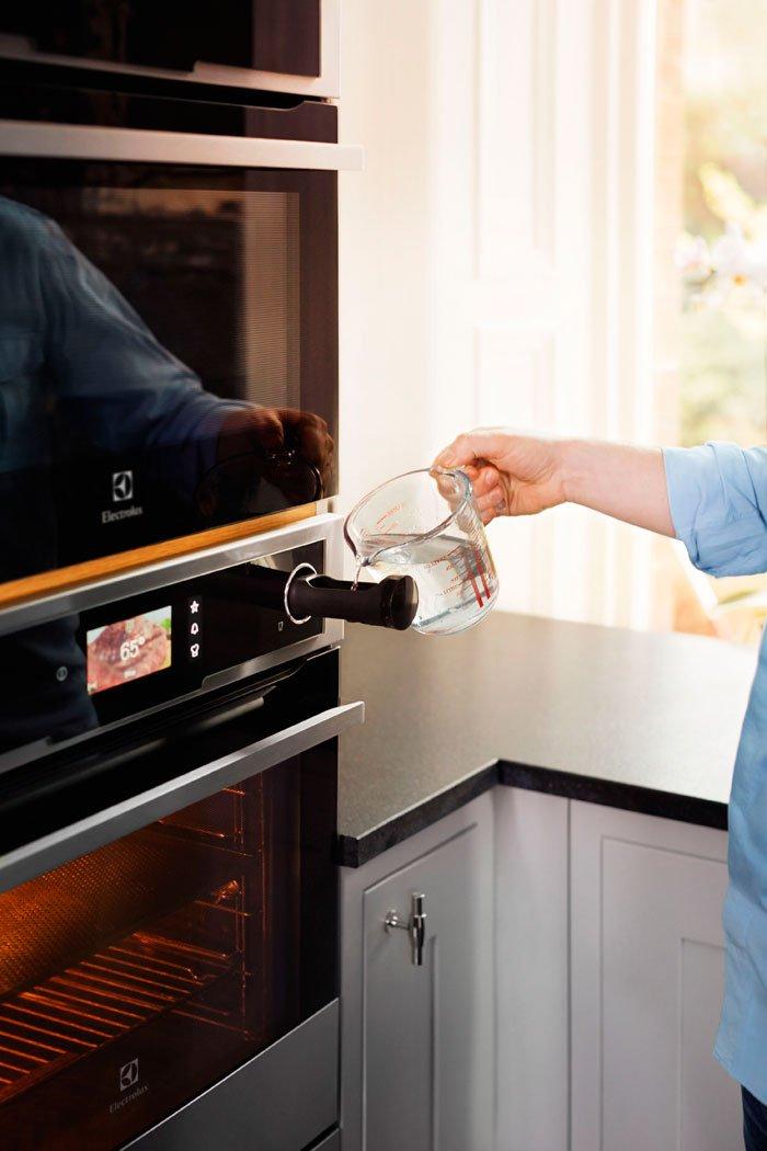 dove si mette l'acqua nel forno a vapore Electrolux