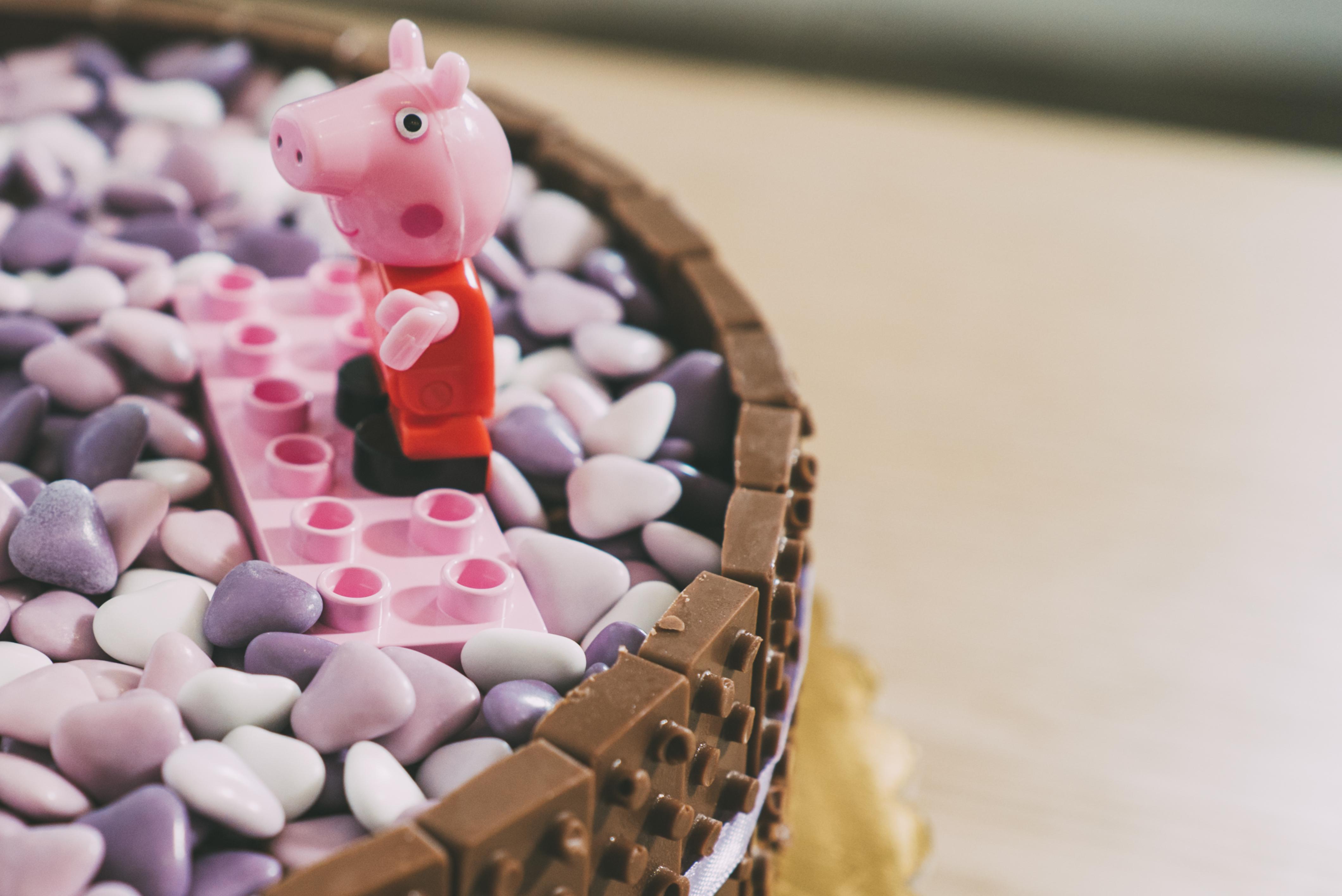 torta di compleanno al cioccolato con Peppa Pig