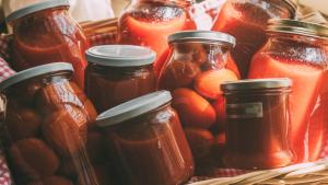 Conserve di salsa di pomodoro fatta in casa