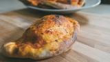 Calzone al forno con mozzarella e pomodoro